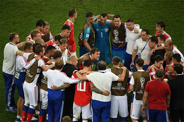 Артем Дзюба и игроки сборной России перед серией пенальти в матче 1/4 финала чемпионата мира по футболу между сборными России и Хорватии.