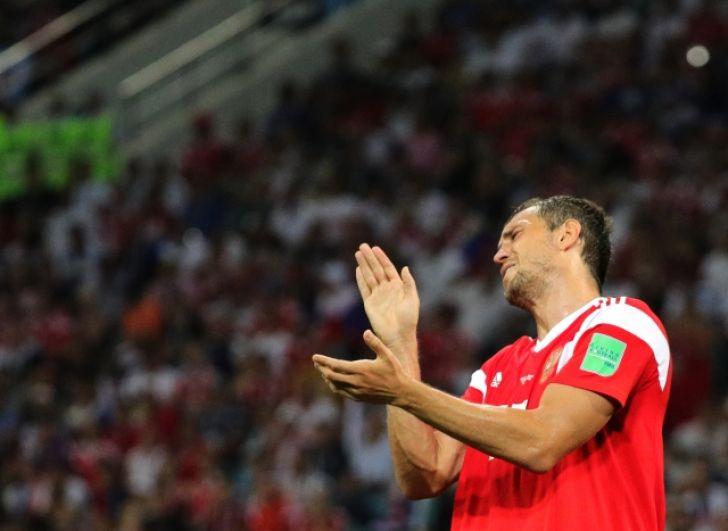 Артем Дзюба аплодирует своей команде сквозь слезы.