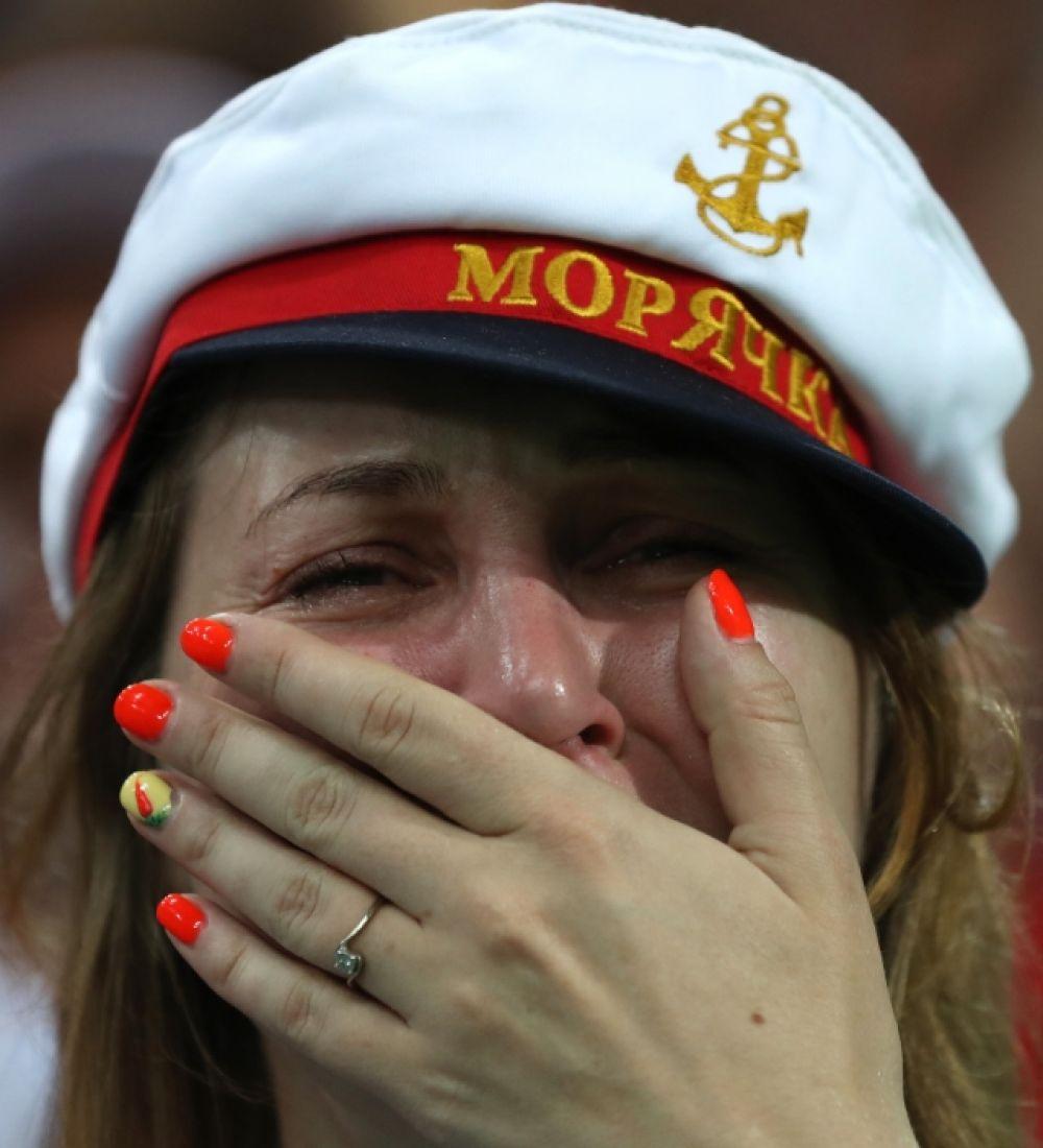 Женщины на стадионе своих слез не сдерживали.