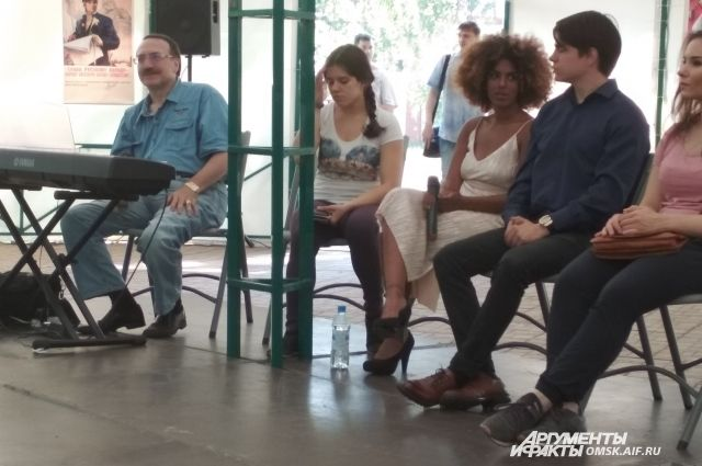 Творческая встреча омичей с Даниилом Крамером и Деборой Чести.