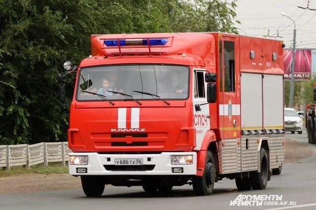 В Оренбурге 23 пожарных тушили два дома и марай на ул. Желябова.