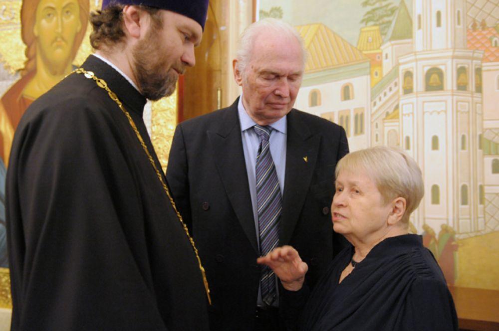 Протоиерей Андрей Милкин, председатель союза писателей России Валерий Ганичев и композитор Александра Пахмутова.