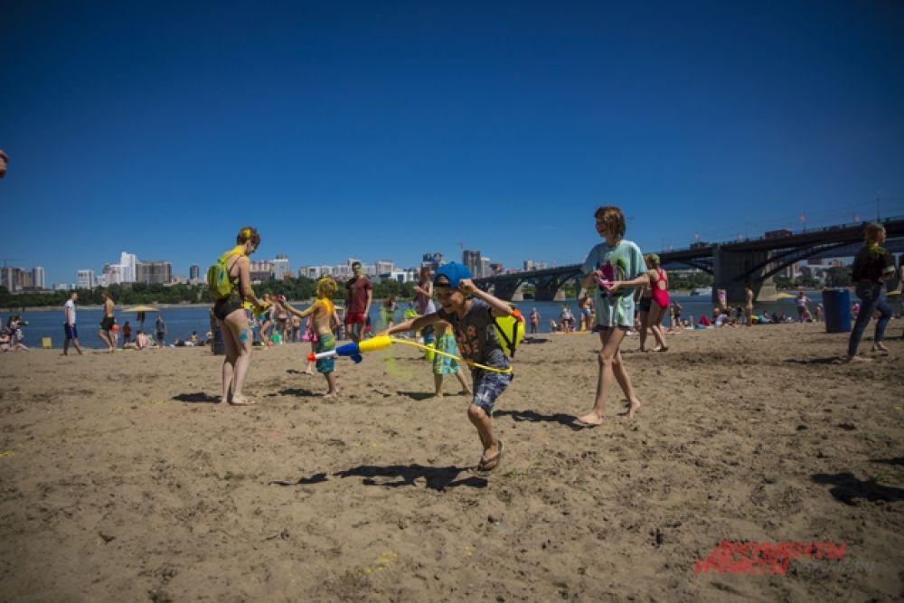 Беготня с водными пистолетами и обстрел гостей пляжа водой - любимое для детей занятие.