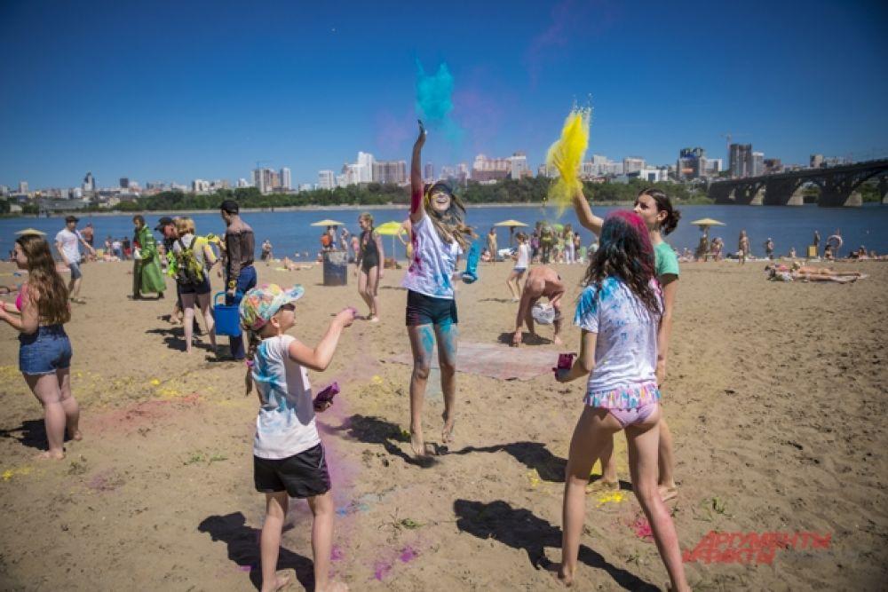Молодежь развлекалась на фестивале Красок, обстреливая окружающих яркими залпами.