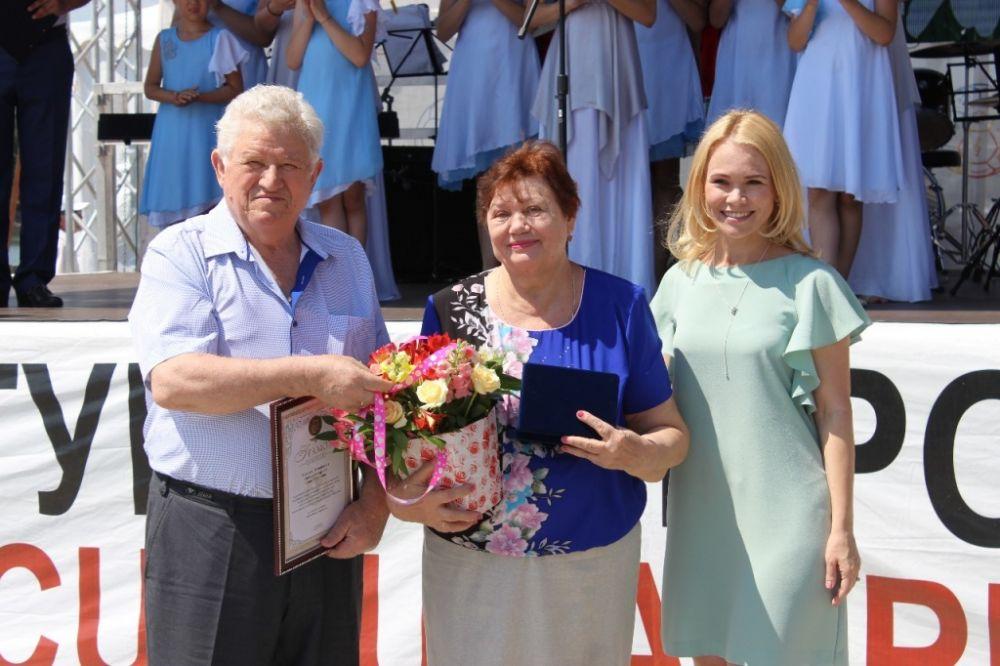 Семи парам ростовчан, которые прожили в браке более 50 лет, были вручены особые награды - медаль «За любовь и верность».