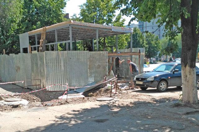 20 июня, когда был опубликован ответ власти, здесь стоял только забор, а 29-го – над ним выросла крыша. Работы продолжаются.