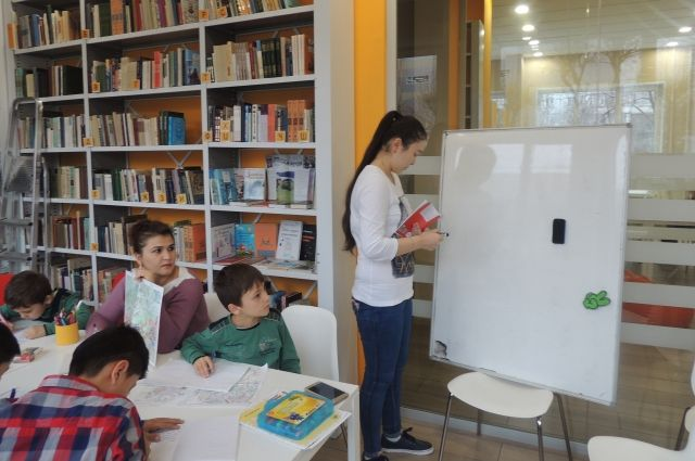Школьникам помогают осваивать основные общеобразовательные программы.