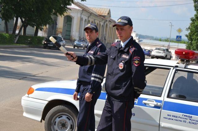 Тюменские сотрудники ГИБДД помогли спасти водителя с сильным кровотечением