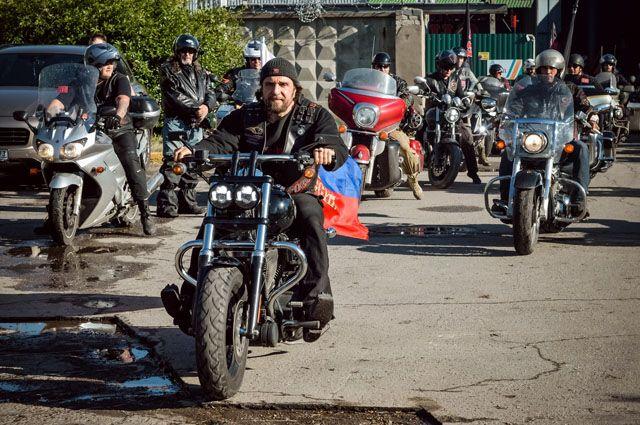 Александр Залдостанов во главе колонны байкеров на улице Ульяновска.