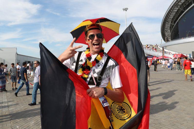 Болельщик сборной Германии перед матчем с Южной Кореей. Он еще не знает, что его команда не сможет выйти из группы.