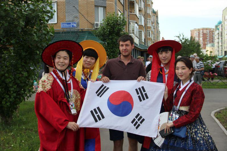 Южнокорейские болельщики шли на матч в традиционных кимоно.