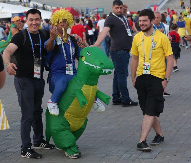 А вот с этими бразильцами фотографировались почти все.