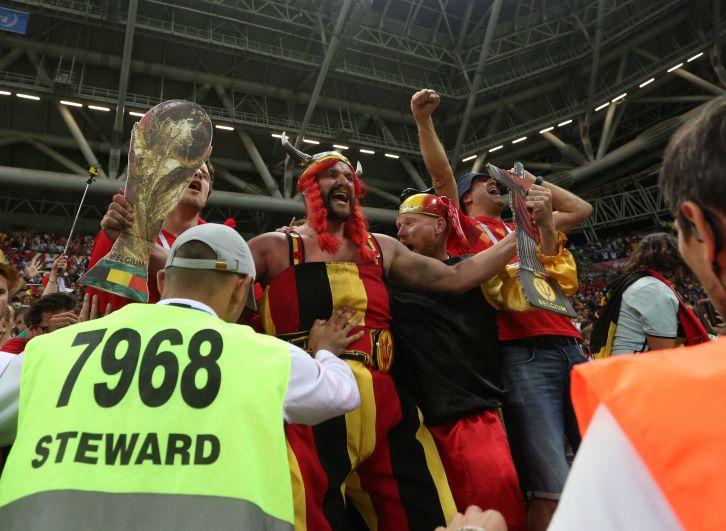 Бельгийские болельщики ликуют - их команда выбила бразильцев с турнира.