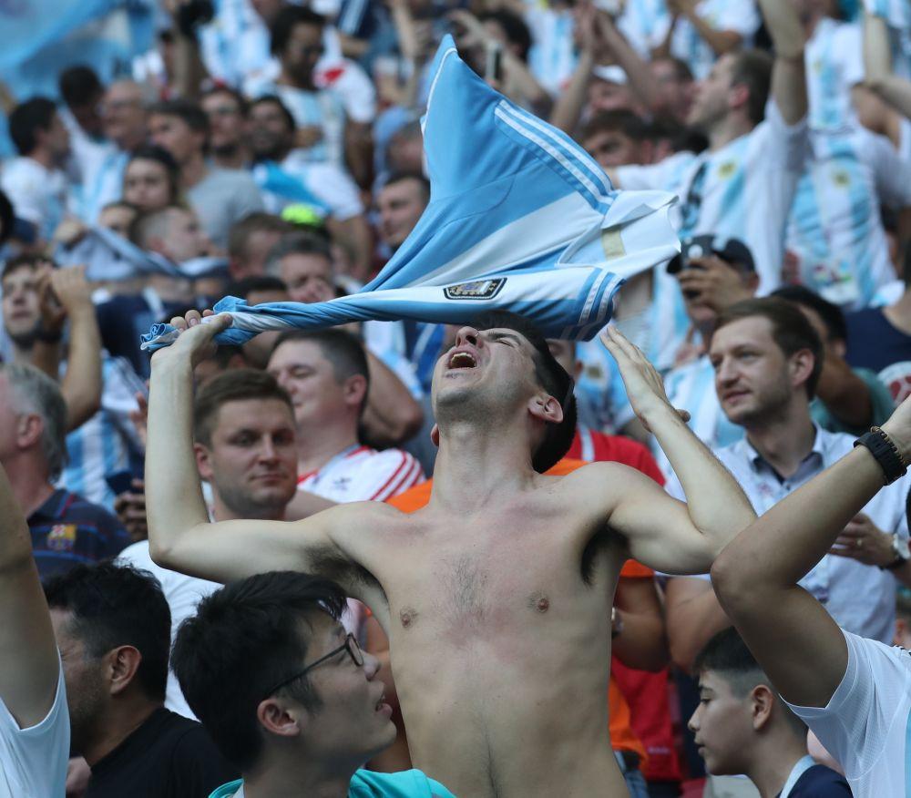 Аргентинские болельщики после того, как узнали, что Лео Месси и Ко едет домой.