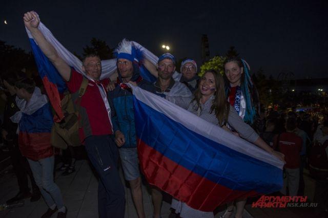 Новосибирские футбольные фанаты болели за игру.
