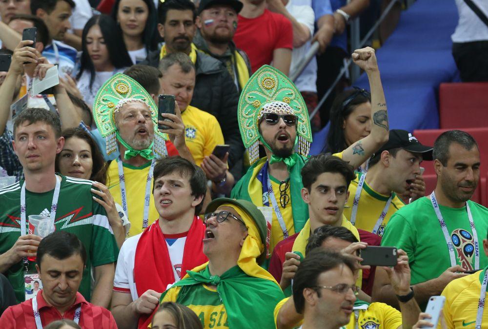 Кто сказал, что кокошник - только русский головной убор? На фото - бразильские болельщики в Казани 6 июля.