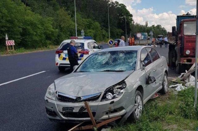 Под Киевом водитель сбил группу работников, наносивших разметку на дороге