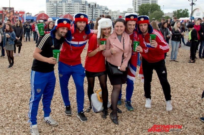Вот эти фанаты сборной России покорили нас с первого взгляда. Каково же было наше удивление, когда выяснилось, что они из Австралии. Просто пришли поддержать сборную Россию на матче-открытии.