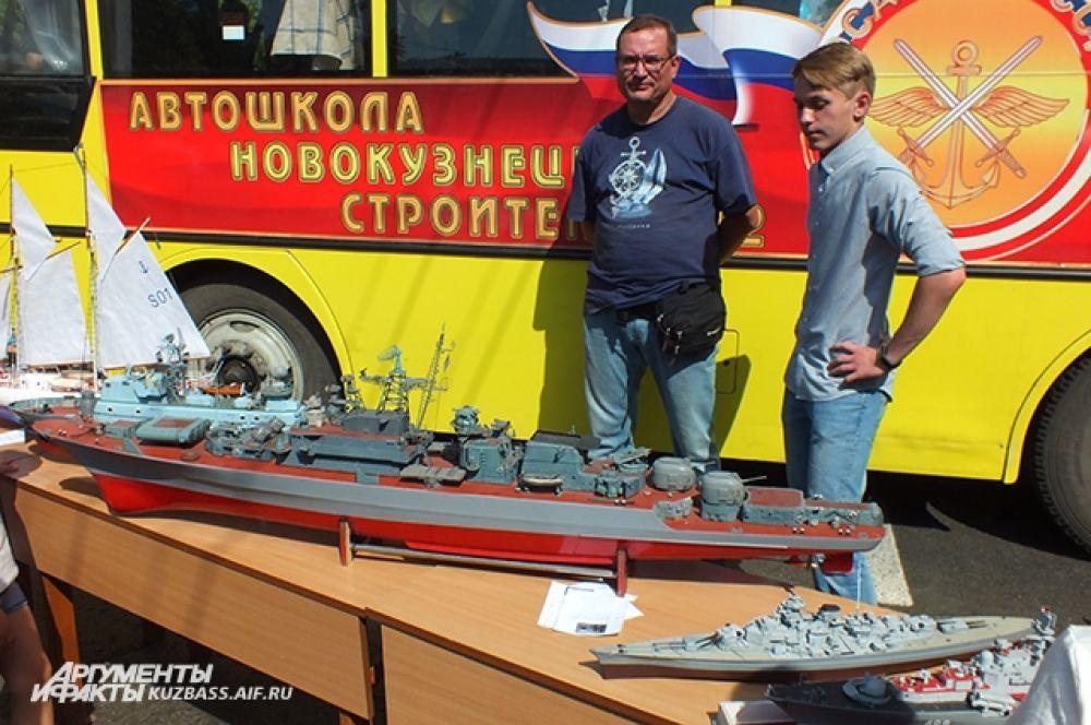 Воспитанники технического отделения Дворца творчества им. Н. К. Крупской представили на выставке действующие модели судов. Кстати, на создание одного такого «кораблика» уходит от года до трёх лет.