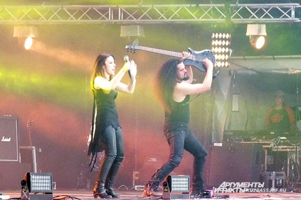 Зарядив публику драйвом и позитивом, россияне передали музыкальную эстафету европейским коллегам по цеху - симфоник-метал группе «Beyond the Black».