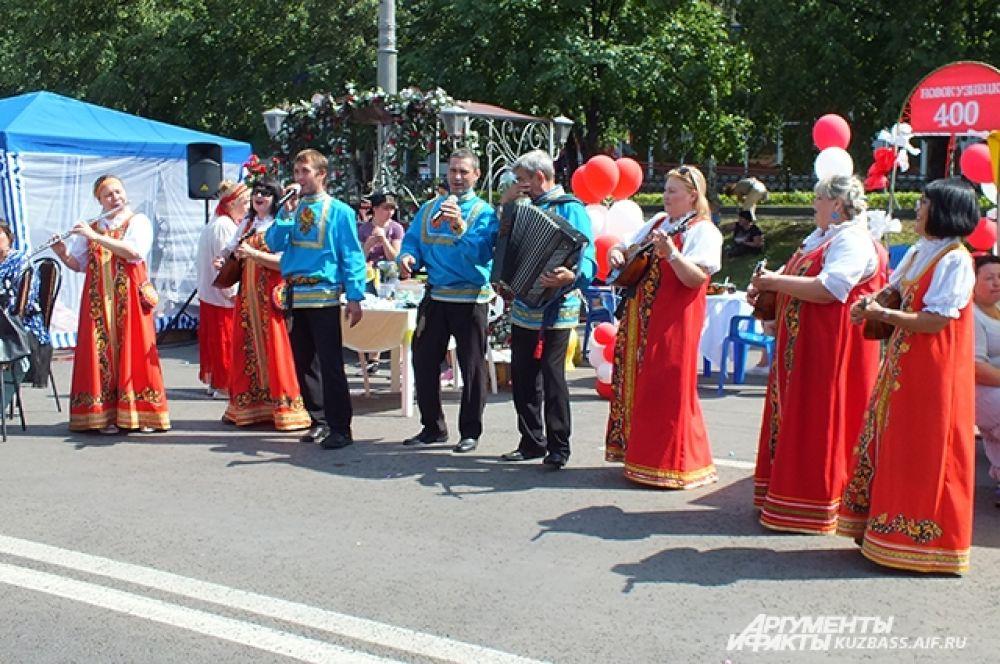 Перед гуляющей публикой выступали творческие коллективы города.