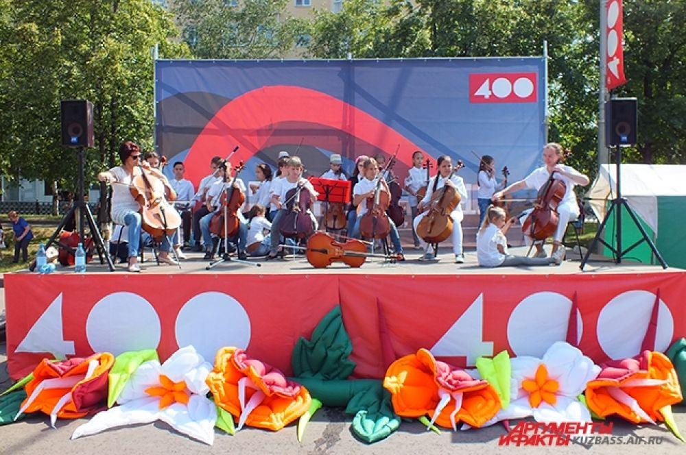 Своё творчество гостям праздника дарили ученики музыкальных школ.