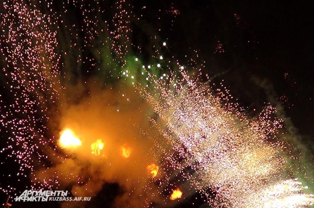 В час ночи небо над ТРЦ «Планета» и площадкой фестиваля раскрасилось залпами праздничного салюта.