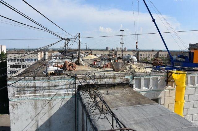 В Оренбурге капремонт крыши дома на Чкалова продолжает затягиваться.