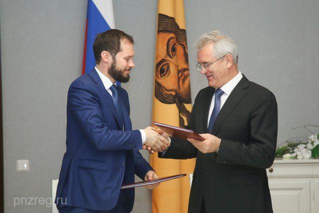 Виталий Королев и Иван Белозерцев обменялись рукопожатиями.