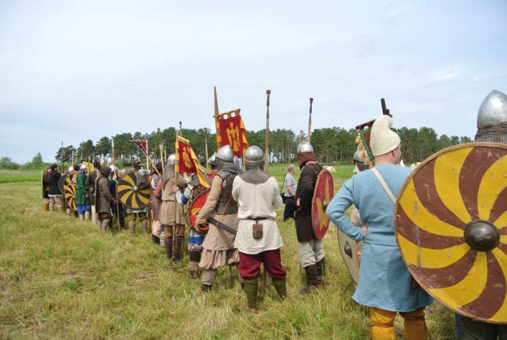 Перед зрителями выстроились настоящие русичи и варяги: в кольчугах и шлемах, с мечами, копьями и щитами
