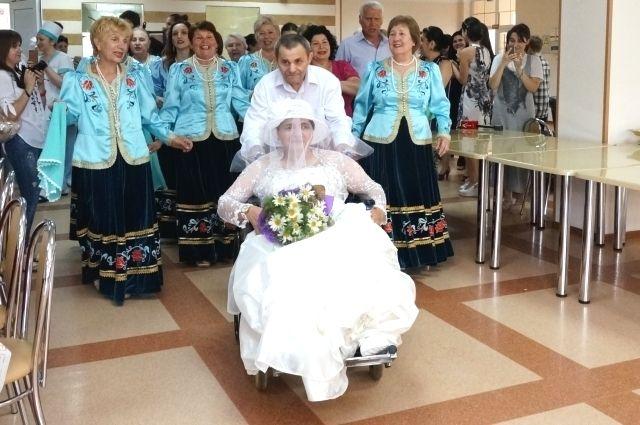 Новобрачные появились перед гостями под песни местного хора.