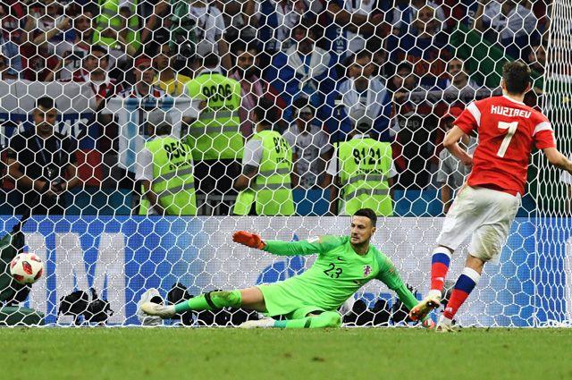 Вратарь Даниел Субашич и Далер Кузяев во время пенальти в матче 1/4 финала чемпионата мира по футболу между сборными России и Хорватии.