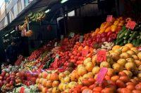На рынке большой выбор овощей и фруктов.