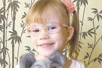 Теперь мама тоже смотрит на мир через Вероникины очки. По-детски доверчиво.
