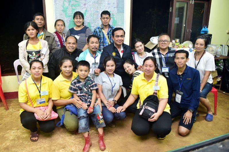 Премьер-министр Таиланда Прают Чан-оча с родственниками мальчиков, оказавшихся в затопленной пещере Тхам Луанг в Чианграе.