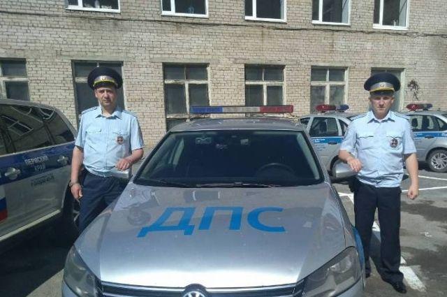 Старший лейтенант полиции Евгений Ушаков и лейтенант полиции Виктор Лесин напоили мужчину горячим чаем и связались с его родными.