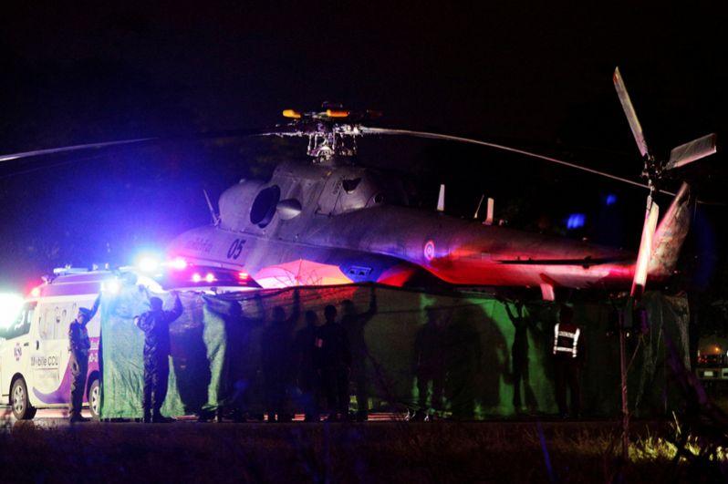 Спасенных школьников перевозят на вертолете к ожидающей машине скорой помощи в военном аэропорту Чианграя.