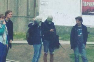 Жители спасались шарфами, марлевыми повязками и противогазами.