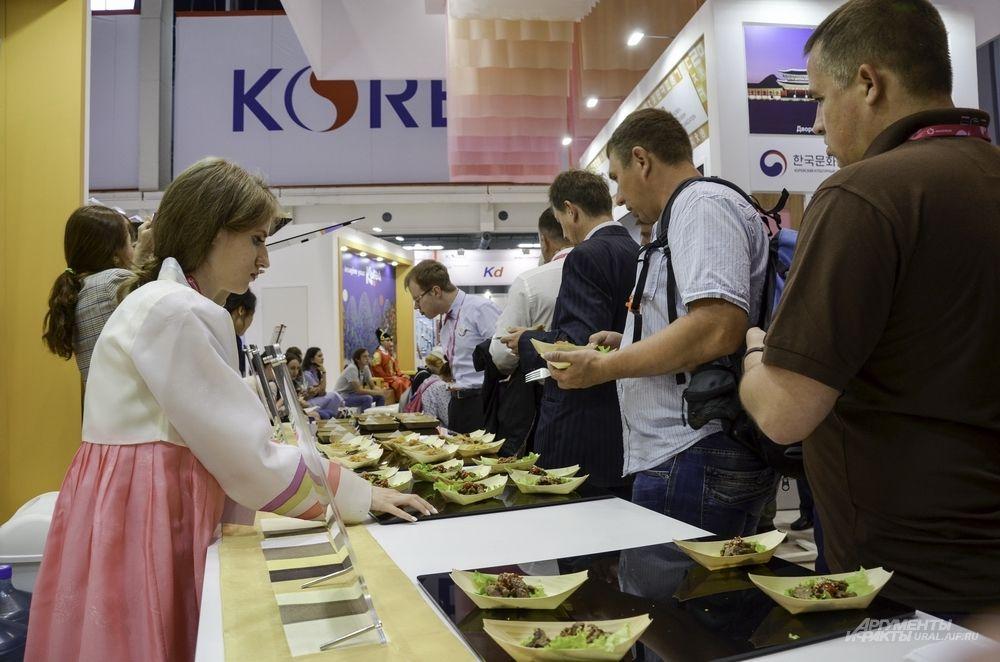 На главном стенде Южной Кореи можно не только отдохнуть, но и поесть. Но насколько по аппетиту придется национальная кухня - неизвестно.
