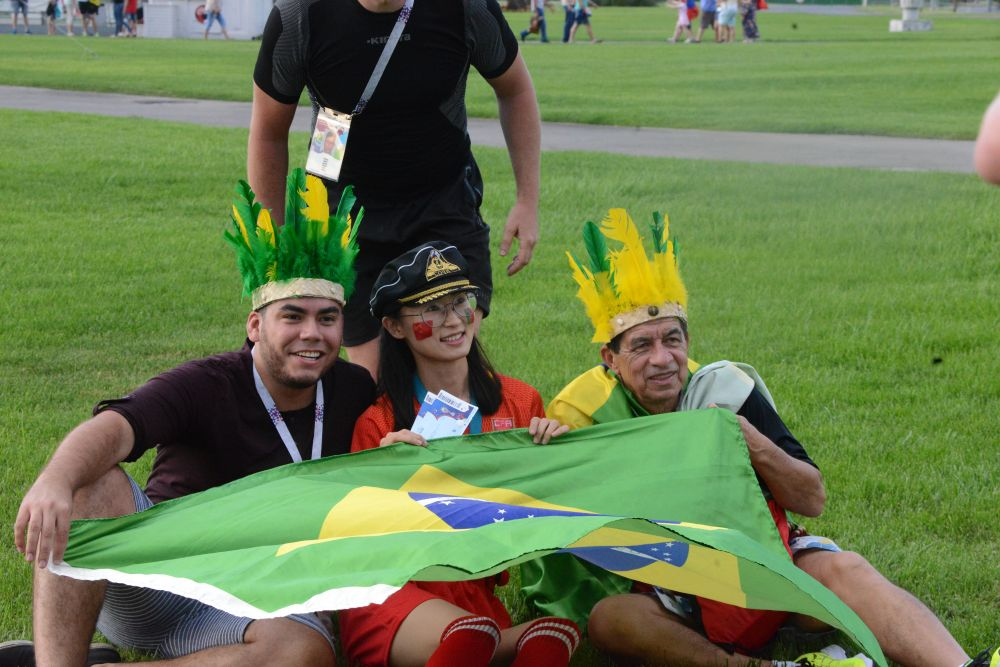 Футбол подружил людей из разных стран мира.