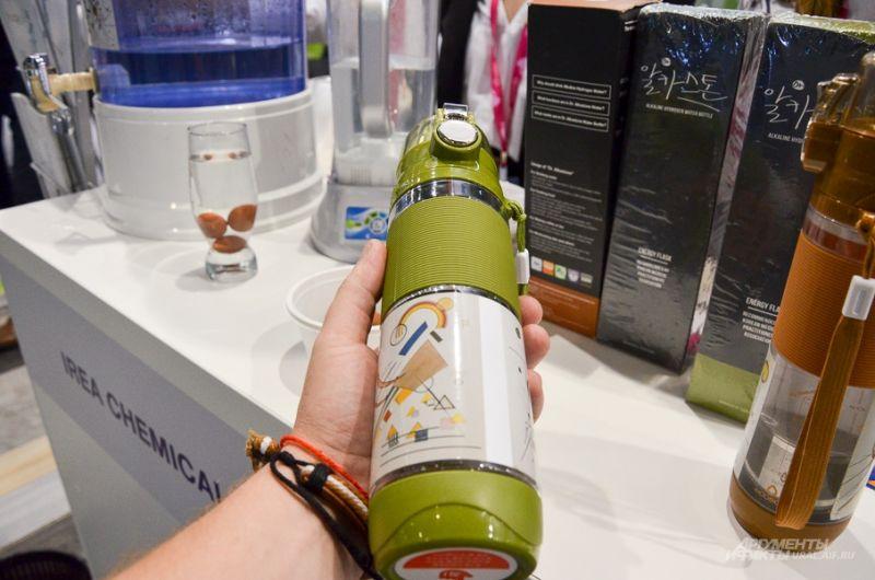 Ручной водоочистительный фильтр, напоминающий термос.