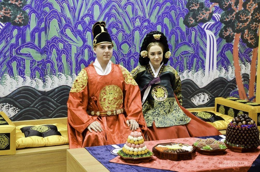 Каждый желающий может примерить на себе костюм корейского императора.