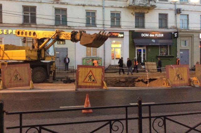 Всего неделю назад коммунальные раскопы тоже блокировали движение по улице Дзержинского в Смоленске.