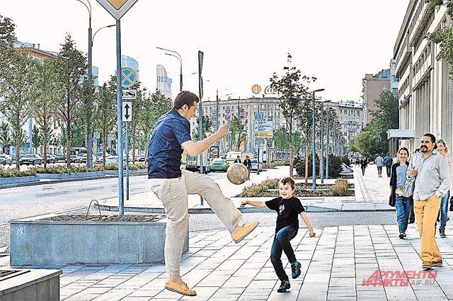 На Зубовском такие широкие тротуары, что хоть тренировку устраивай.