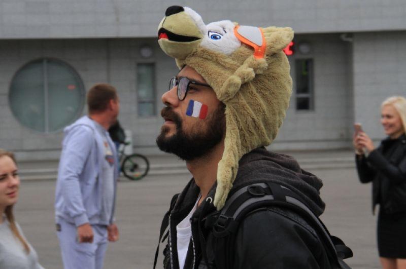 Гостям ЧМ полюбились шапки в виде Забиваки.