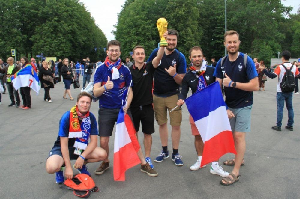 Французские болельщики уверены, что Кубок достанется их сборной!