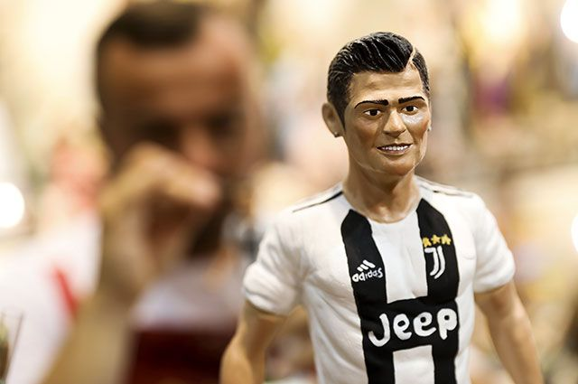 Игрушка, изображающая Криштиану Роналду в форме туринского «Ювентуса».