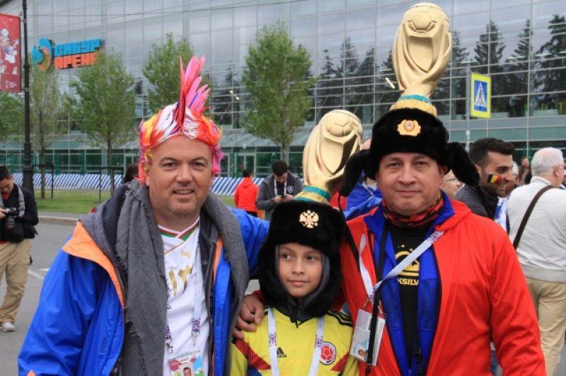 Эти болельщики усовершенствовали свои шапки-ушанки, приделав к ним Кубок ЧМ.