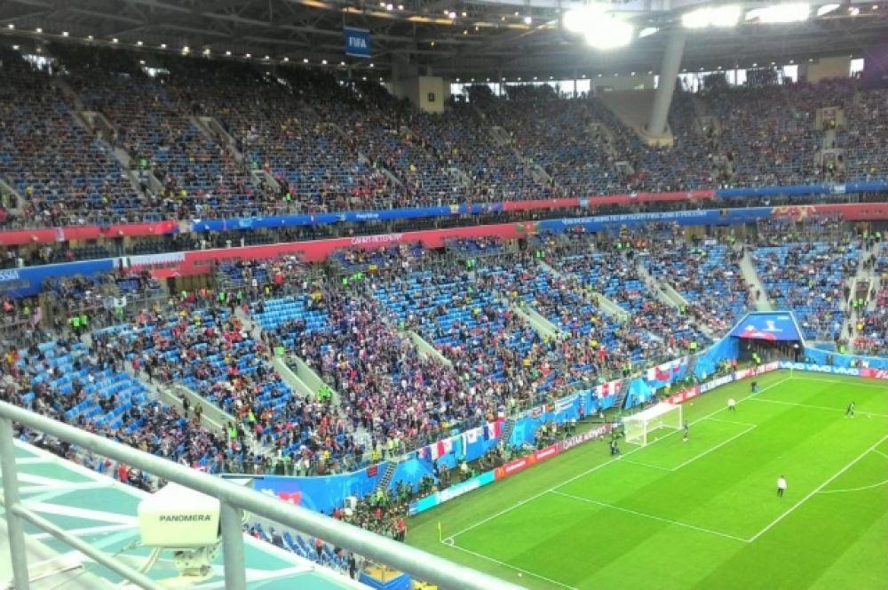 Дестяки тысяч болельщиков следят за игрой.