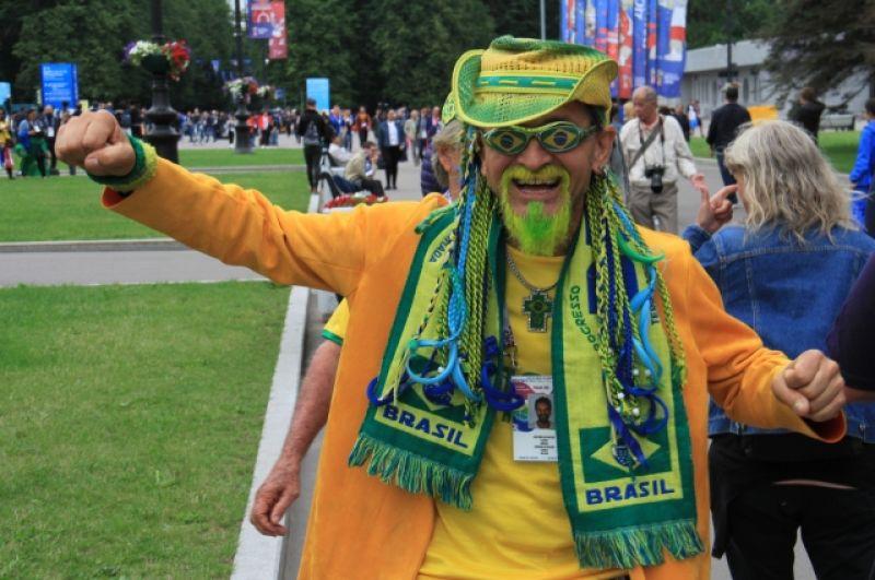 Бразильский болельщик - в прекрасном расположении духа.